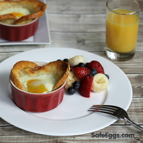 Baked egg in a nest recipe, perfect for busy mornings and moms on the go! @safeeggs